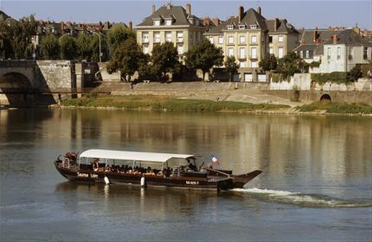 le bateau saumur loire un week end saumur hotel restaurant domaine de la blairie. Black Bedroom Furniture Sets. Home Design Ideas